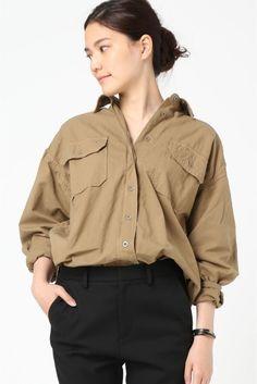 セイヒンゾメ ミリタリーシャツ  セイヒンゾメ ミリタリーシャツ 23760 メンズライクなゆったりとしたシルエットが抜け感を演出する1着 タイトスカートやデニムとも相性の良いベーシックアイテム 1枚で衿を抜いて着てもTシャツの上に羽織りとしても着回せる頼もしいシャツです 取り扱いについては商品についている洗濯表示にてご確認下さい 店頭及び屋外での撮影画像は光の当たり具合で色味が違って見える場合があります 商品の色味はスタジオ撮影の画像をご参照下さい モデルサイズ:身長:165cm バスト:73cm ウェスト:58cm ヒップ:85cm 着用サイズ:フリー