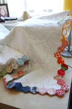 Tutorial - Finishing Your Hexagon Quilts .This is a great way to finish off these quilts and end up with a really pretty edging! Plus a good pdf tutorial on English paper piecing ~rdm English Paper Piecing, Quilt Modernen, Quilt Border, Quilt Top, Quilt Binding, Quilting Tutorials, Quilting Tips, Softies, Quilt Making