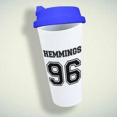 Luke Hemmings 96 5 Sos Double Wall Plastic Mug – giftmug Eco Friendly Cups, Plastic Mugs, 5 Sos, Positive And Negative, Luke Hemmings, Gifts For Family, Wall Design, 5sos