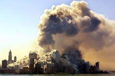 Torre Sul do World Trade Center desaba 57 minutos depois de ataque, na Ilha de Manhattan, em Nova York. Na manhã do dia 11 de setembro de 2001, dois aviões comerciais foram sequestrados no Aeroporto de Boston por terroristas da Al Qaeda, e instantes depois atingiram intencionalmente as duas torres do maior complexo comercial do planeta