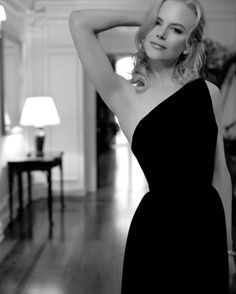 Blonde Australian actress Nicole Kidman poses with raised arm in black dress Most Beautiful Women, Beautiful People, Glamour, Nicole Kidman, Famous Women, Fashion Dresses, Women's Fashion, Petite Fashion, Curvy Fashion