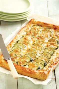 Courgette-tart 1 sheet puff pastry smooth cottage cheese mozz cheese, grated 4 zucchini, sliced 1 garlic clove, chopped olive oil salt and pepper 400 degrees Vegetable Recipes, Beef Recipes, Vegetarian Recipes, Cooking Recipes, Healthy Recipes, Recipies, Vegetable Ideas, Xmas Recipes, Tart Recipes