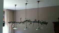 Natuurlijk schoon, als basis voor deze creatie, een sprankelende lamp! Perenhout tak met kristallen en glas!