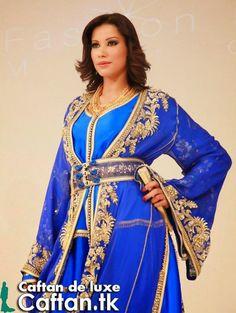 magnifique caftan marocain en couleur bleu foncée présenté par une superbe belle princesse qui ajoute du charme et de bon look pour ce caftan marocain 2014.