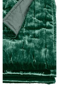 Velvet bedspread - Emerald green - Home All | H&M GB Emerald Green Bedrooms, Emerald Bedroom, Gold Bedroom, Master Bedroom, Olive Bedroom, Safari Bedroom, Master Suite, Green Bedroom Decor, Green Home Decor