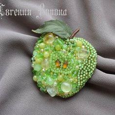 Яблочко с крошкой пренита #брошьручнойработы #вышивкабисером #брошьснатуральнымкамнем #яблоко #украшенияподзаказ #украшенияизнатуральныхкамней