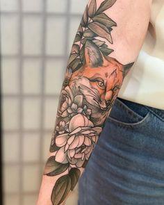 Tatuagem no estilo neo tradicional colorida criada pela tatuadora brasileira Ingryd Guimarães.    Raposa com flores no braço. Tatuagem Old School, Nail Accessories, Flower Tattoos, Tattos, Body Art, Ink, Makeup, Fox Tattoo Design, Traditional Style Tattoo