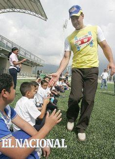 Omar Vizquel, grande liga venezolano visita centro de desarrollo deportivo en Cagua en construción por las empresas Polar. En la imagen saludando a los futuros peloteros. Caracas, 01-12-2008 (NELSON CASTRO / EL NACIONAL)