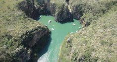 Cânions e água verde em mar mineiro de Capitólio