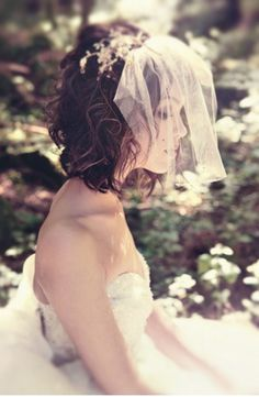 We look at choosing a veil to suit your wedding dress: whether a veil will suit your dress, and if so, what kind? Different veil lengths, colours, and more. Wedding Hats, Wedding Veils, Wedding Blog, Wedding Styles, Wedding Ideas, Wedding Stuff, Dream Wedding, Bridal Hairdo, Bridal Headpieces