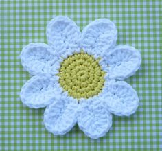 Whiskers & Wool: Daisy Coasters - Free Pattern Made very easy to read pattern and fast work up Crochet Daisy, Crochet Flower Patterns, Crochet Home, Love Crochet, Crochet Crafts, Yarn Crafts, Crochet Flowers, Crochet Projects, Knitting Patterns