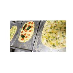 Ogni mattina prepariamo le nostre focacce con tanti ingredienti diversi. Oggi abbiamo preparato un impasto al rosmarino con zucchine e porri, pomodorini ciliegini e basilico e infine, patate e rosmarino  #ristorante #laveranda #italy #italia #toscana #prato #pratofood #focaccia #rosmarino #rosemary #topitalianfood #piattitipiciregionali #100ita #piattiitaliani #pranzoitaliano #angolodelcibo #food #foodporn #foodphotography #foodshare #foodlover #instafood #yummy #tasty #delish #delicious…