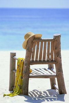 Wit strand en blauwe zee
