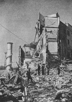 Maisons détruites dans le quartier de Tiburtino. La violence du bombardement sur la capitale italienne, jusqu'ici épargnée par les attaques aériennes, ébranle une population déjà réticente à la guerre, favorisant la chute du Fascisme