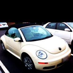 Dream Car: Cream Convertible VW Beetle with black top & tan interior. Someday this will be my baby. My Dream Car, Dream Cars, Volkswagen Convertible, Vintage Car Party, Bling Car Accessories, Car Drawings, Car Girls, Vw Beetles, Motor Car