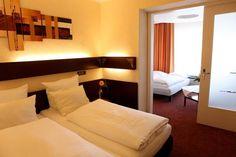 Alle Zimmer in unserem 3-Sterne Hotel verfügen über:        WLAN kostenlos,      Fax-/Modem-Anschluss,      Kabelfernsehen,      Telefon,      Minibar,      Weckerradio,      Schreibmaterial,      Dusche, WC, Fön und      Große Arbeitsfläche