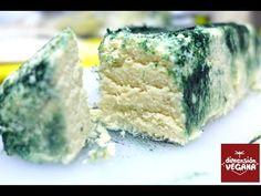 Tofufort – La Dimensión Vegana  400 g de tofu duro, escurrido y compactado*1/2 taza deaceite de cocoderretida4 cdas de miso2 cdas de vinagre blanco2 cdtas de sal1 cdta de ácido láctico* ó 2 cucharadas de zumo de limón1 cda de levadura nutricional en copos3/4 cda de ajo en polvo3/4 cda de cebolla en polvoun poco de espirulina en polvo para decorar el queso