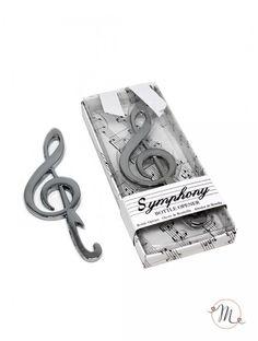 Apribottiglia chiave di violino. Apribottiglia a forma di chiave di violino confezionato in scatola con decorazione pentagramma chiusa con fascetta in cartoncino e fiocco bianco in raso.  Misure: 6x13.5x2 cm. In #promozione #bomboniere #matrimonio #weddingday #ricevimento #wedding #sconti #offerta #box #portaconfetti #segnaposto