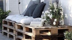 Spring is coming: Here is how you DIY a super-chic pallet daybed for your garden Pallet Daybed, Spring Is Coming, Easy Diy, Bench, Interiors, Entertaining, Chic, Storage, Garden