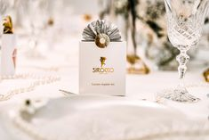 Ein Hochzeits Styled Shoot ganz im Stil von «The Great Gatsby The Great Gatsby, Mini Desserts, Place Cards, Place Card Holders, Table Decorations, Luxury, Inspiration, Style, Newlyweds