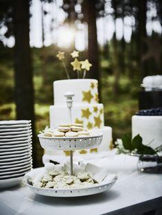 GARNERA es una fuente ideal para el buffet de una boda o fiesta. Con dos bandejas de servir para presentar queso, pastas y frutas.
