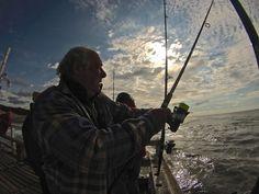 Pescador con caña en mano en el Muelle La Lucila del Mar.