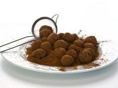 Receita de Trufas de chocolate - trufas no chocolate derretido, passe-as no chocolate em pó e leve para gelar por mais 1...