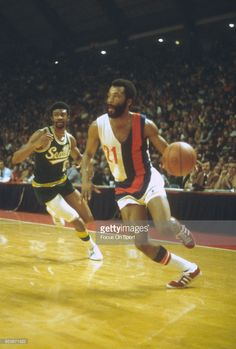 Archie Clark #21 of the Baltimore Bullets drives towards the basket against the Seattle Supersonics during an NBA basketball game circa 1972 at the Baltimore Civic Center in Baltimore, Maryland. Clark played for the Bullets from 1971-74.