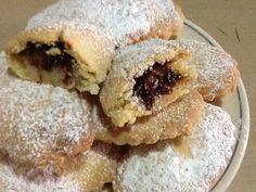 Bocconotti con pasta di mandorle e marmellata sono dolcetti golosi del Salento.