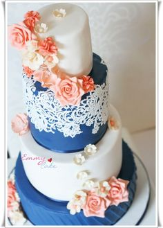 Romantic navy, coral and ivory cake I think I want my wedding colors to be pale pink, pale yellow, and navy blue :) Blue Wedding, Trendy Wedding, Wedding Colors, Dream Wedding, Wedding Flowers, Summer Wedding, Pretty Cakes, Beautiful Cakes, Round Wedding Cakes