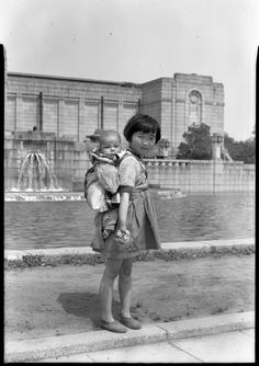 """""""Sisters"""", Tokyo, late by Rob Ketcherside Vintage Pictures, Old Pictures, Old Photos, Adorable Petite Fille, Grave Of The Fireflies, Showa Era, Japan Photo, Japanese Culture, Vintage Photographs"""