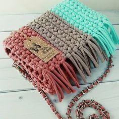 Вязаные шапочки и аксессуары sur Instagram: Просто сумочка с бахромой Внутри с подкладом. Листай карусельку. Свяжу в любом понравившемся цвете, пиши. #bags #сумка…