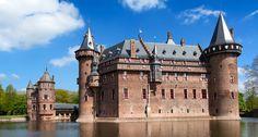 Kasteel de Haar ist das größte Schloss der Niederlande aus dem 14. Jahrhundert , und liegt in der Nähe der Städte Utrecht und Amsterdam.