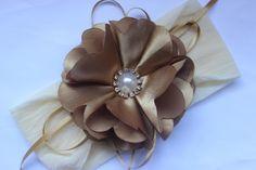 faixa de meia flor camélia dourada cetim c fitas., pérola e strass super delicada  ideal para bebê ou criança de 0 a 6 anos. R$ 23,90