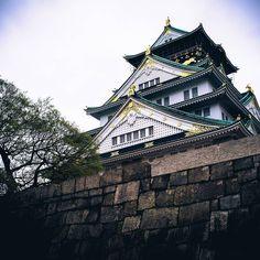 A castle with a long story. #Osaka (by nipponrama)