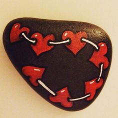 Creative diy painting rock for valentine decoration ideas 29 Heart Painting, Pebble Painting, Pebble Art, Stone Painting, Diy Painting, Beginner Painting, Painting Videos, Painted Rocks Craft, Hand Painted Rocks