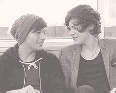 HARRY LOOKS AT LOUIS'S LIPS AS HE SPEAKS!!! CAN THEY JUST KISS ALREADY