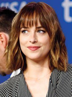 Aperçue sur une belle liste de célébrités dernièrement, la frange semble faire un retour. Et voilà que le dilemme recommence: on coupe ou pas?