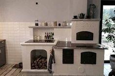 Kuchnia kaflowa z recznie rzeźbionym i podmalowanym motywem z oraz malowanymi na szaro półkami