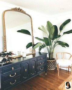 Home decor house decoration apartment theraphy luxury bohemian luxe plants black dresser gold antique mirror Gold Bedroom Decor, Gold Home Decor, Bedroom Vintage, Home Bedroom, Antique Bedroom Decor, Bedroom Ideas, Vintage Apartment Decor, Mirror Bedroom, Antique Desk