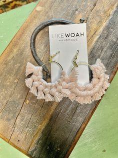 Diy Macrame Earrings, Macrame Jewelry, Diy Earrings, Leather Thread, Macrame Projects, Diy Accessories, Gold Hoops, Crochet Ideas, Keychains