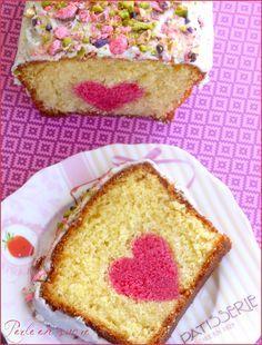 Cake coeur caché spécial Fête des mères : Pour le cœur rose : – 2 œufs (100 g) – 200 g de sucre – 1 yaourt nature – 60 g d'huile neutre – 200 g de farine – 11 g de levure chimique – Une cuillère à café d'arôme naturel de votre choix (framboise, cerise, fraise, rose…) – Une pointe de colorant rose* Pour le gâteau à la vanille : – 2 œufs (100 g) – 200 g de sucre – 1 yaourt nature – 60 g d'huile neutre – 200 g de farine – 11 g de levure chimique – Une cuillère à café d'arôme naturel de vanille