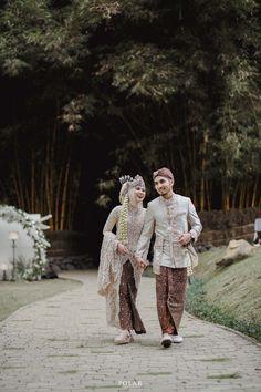 Kebaya Wedding, Muslimah Wedding Dress, Muslim Wedding Dresses, Wedding Hijab, Hijab Bride, Muslim Brides, Pre Wedding Poses, Wedding Couple Poses Photography, Pre Wedding Photoshoot