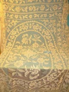 Un dessus de lit, broderie de fleurs sur filet, volanté sur deux