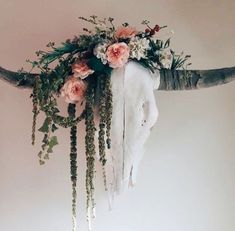 Longhorn skull with flowers, I would love to get some skulls and decorate them with faux flowers and greenery Deer Skull Decor, Cow Skull Art, Bull Skulls, Animal Skulls, Western Bedroom Decor, Cowgirl Bedroom, Western Rooms, Rustic Western Decor, Painted Cow Skulls