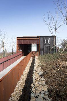 Construido en 2015 en Nanjing Shi, China. Imagenes por ZhongNing. Con la creciente abundancia material en China hoy, las personas tienen una mayor demanda de las instalaciones en el baño público, un área que durante...  http://www.plataformaarquitectura.cl/cl/787525/bano-publico-view-lizhu?utm_source=Plataforma+Arquitectura&utm_campaign=a66e23b3d1-RSS_EMAIL_CAMPAIGN&utm_medium=email&utm_term=0_cd7aa242a6-a66e23b3d1-411217741