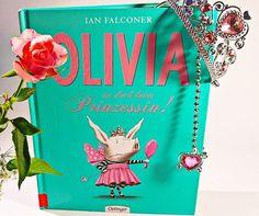 Olivia ist deprimiert. Immer wollen alle Prinzessin sein, natürlich mit rosa Tüllröckchen und Glitzerkrönchen. Es wird Zeit andere Wege zu gehen und zu Halloween verkleidet sie sich als Warzenschwein - das gab ein Geschrei!  Ein Buch, das Mut macht sich selbst zu finden und gegen den Strom zu schwimmen. 🏊  Ich habe mich ganz fürchterlich in das Schweinchen verliebt. #ianfalconer #bilderbuch #illustrationen
