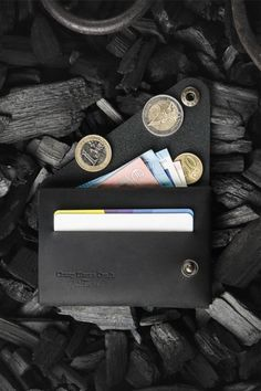 28 Must See Slim Wallets For The Minimalist In You Looking for a minimalist wallet to add to your every day carry? Check out these 28 slim wallets to give you inspiration for your EDC kit Edc Wallet, Pocket Wallet, Slim Wallet, Card Wallet, Clutch Wallet, Wallet For Man, Best Leather Wallet, Gifts For Fiance, Minimalist Wallet