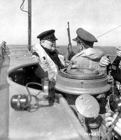 A bord d'un navire: Winston Churchill, Prime Minister of United Kingdom avec un officier. Voir la p012931 sur le même navire (voir l'arme en arrière plan) Le 12 juin 1944 au large de Courseulles-sur-Mer.