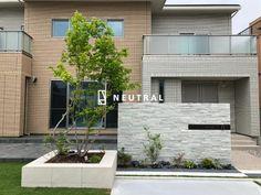 一条工務店の家の外構 Stone Landscaping, Modern Landscaping, Gate Post, Facade House, House Numbers, Sign Design, Landscape Design, Entrance, House Plans